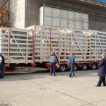 Utovar drvenih gajbi na kamion